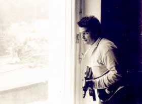 На фото: с автоматом, на защите Конституционного строя РФ, снимок сделан в кабинете В. Коровниковым, Председателем Комиссии ВС России по делам военнослужащих и их семей - в августе 1991 года