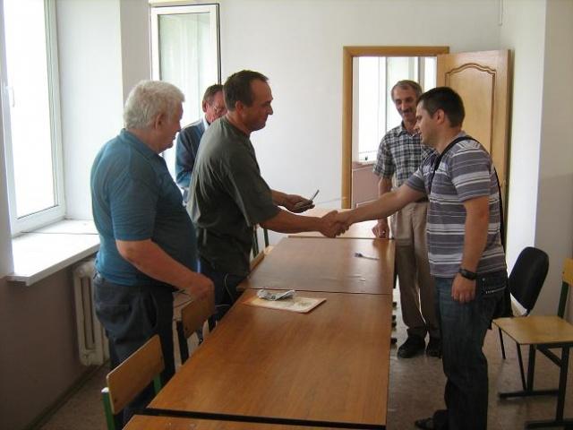 Сыну Юрию вручают Диплом чемпиона района по шахматам 2010 г.JPG