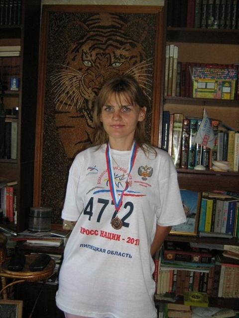 Дочь Тамара - награждена медалью за успехи в кроссе наций 2010 г, за спиной - ее картина, выложила из семян и зерна..JPG