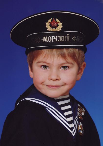 Внучок Максимка здесь, как настоящий морской волк....JPG
