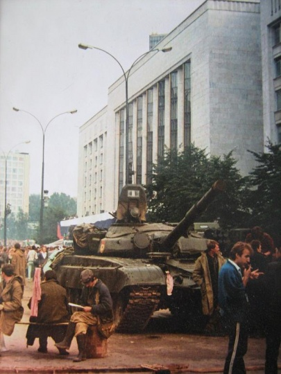 Август 1991 года. Танк у БД. Фото Александра Елецких -.JPG