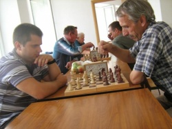 Мой сын Юрий , справа у окна, чемпион района по шахматам.JPG