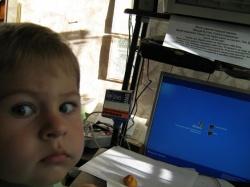 Внук Максим осваивает компьютер-.JPG