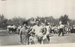во дворе школы-  моя мама с Лозовыми, добрыми соседями -.JPG