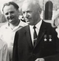 Мой отец в гостях у друга -  С П Денисова, дважды Героя С. Союза, военного летчика.JPG
